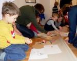 dzieci tworzą wystawę