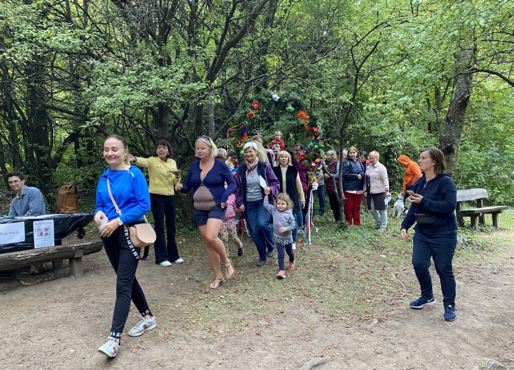 Polacy przechodzą przez bramę przyjaźni w Budapeszcie
